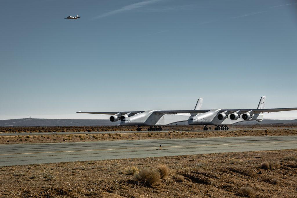 """První let """"nejširšího"""" letounu světa, alternativy v cestování do vesmíru"""