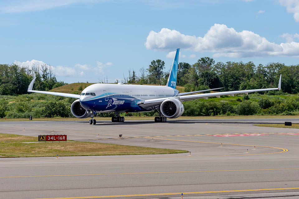 Nový Boeing 777X se zpožděním absolvoval první let