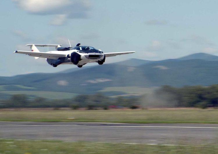 Slovenský létající automobil AirCar absolvoval úspěšný testovací let