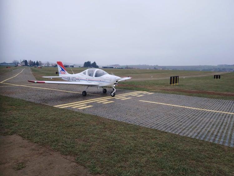 Letiště Benešov má novou zpevněnou dráhu