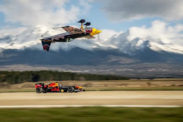 Hlavou dolů a jen pár metrů nad formulí. Red Bull natáčel v Česku