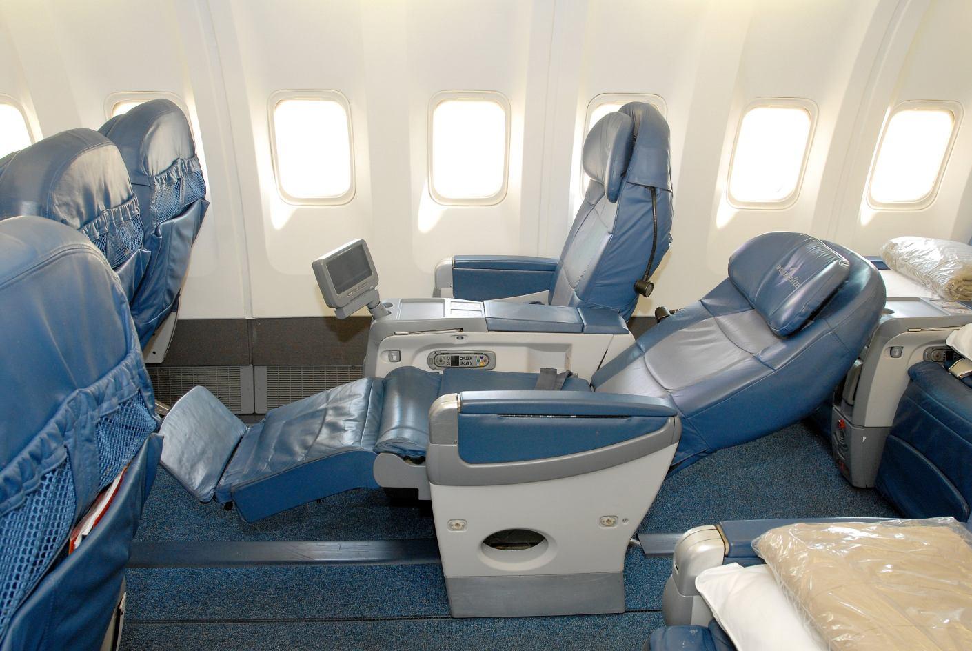 """Klidné sny v letadle aneb historie """"postelí"""" na palubě"""